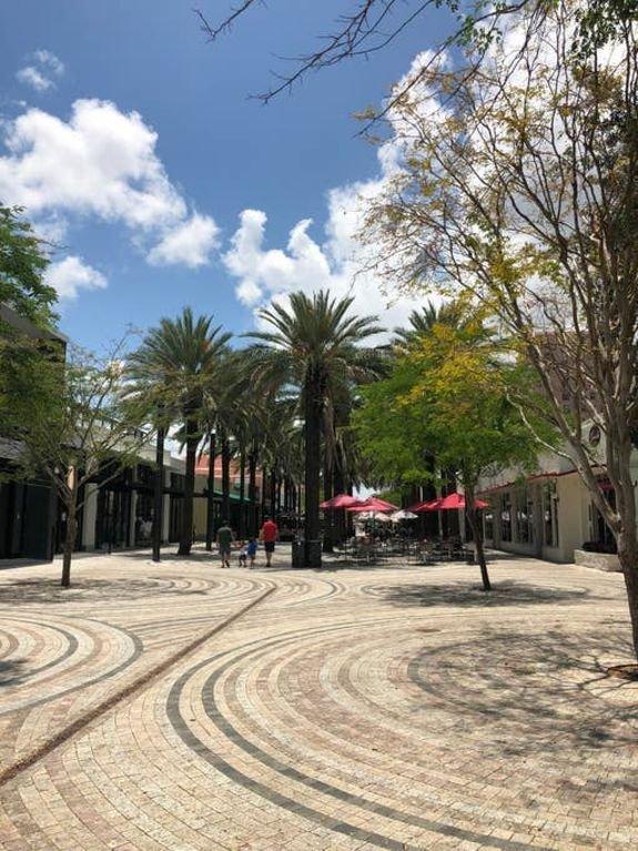 belle rue piétonne avec certains des meilleurs restaurants de Miami: La Dorada (espagnol, meilleurs fruits de mer), Miss Saigon (vietnamienne), Talavera (cuisine mexicaine), nourriture Vasca, pizza, etc.