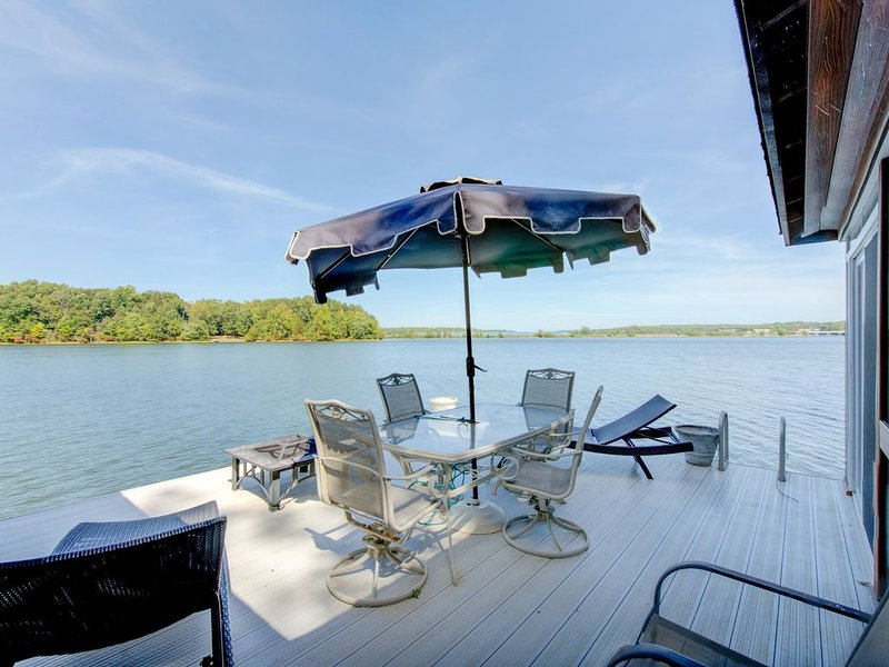 Waterfront home w/private hot tub, sauna, game room - Dogs ok!, holiday rental in Mineral