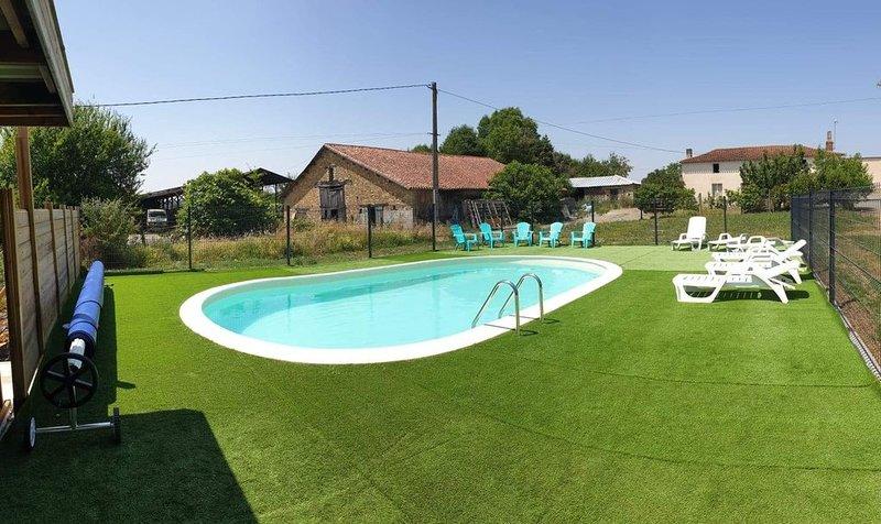 Gîte au coeur de la Vendée proche du Puy du fou avec piscine chauffée, vacation rental in Bournezeau