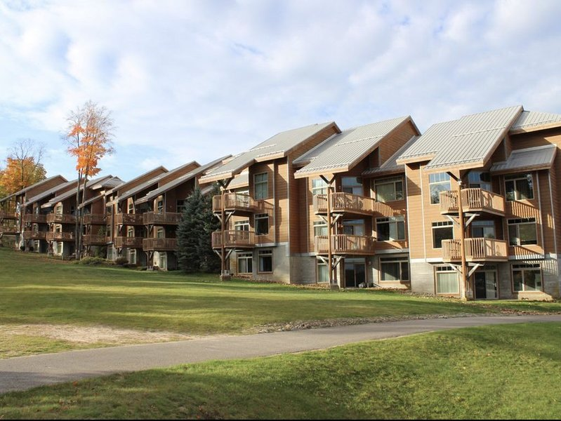 Ski-in Ski-out Shanty Creek Slope Side Condo, alquiler de vacaciones en Bellaire