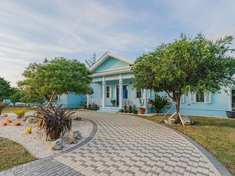 Blue Turtle - 3 bedroom Cayman Style House, 3 mins from the beach, aluguéis de temporada em Savannah