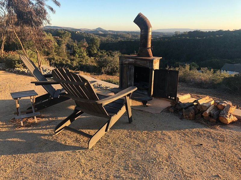 Quiet guest house with panoramic view, outdoor shower and old fashion wood stove, location de vacances à Arroyo Grande