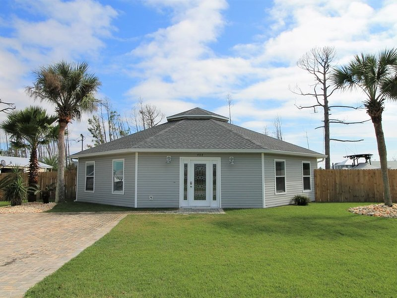 PRIVATE POOL & BACKYARD! ADORABLE & MODERN, vacation rental in Mexico Beach