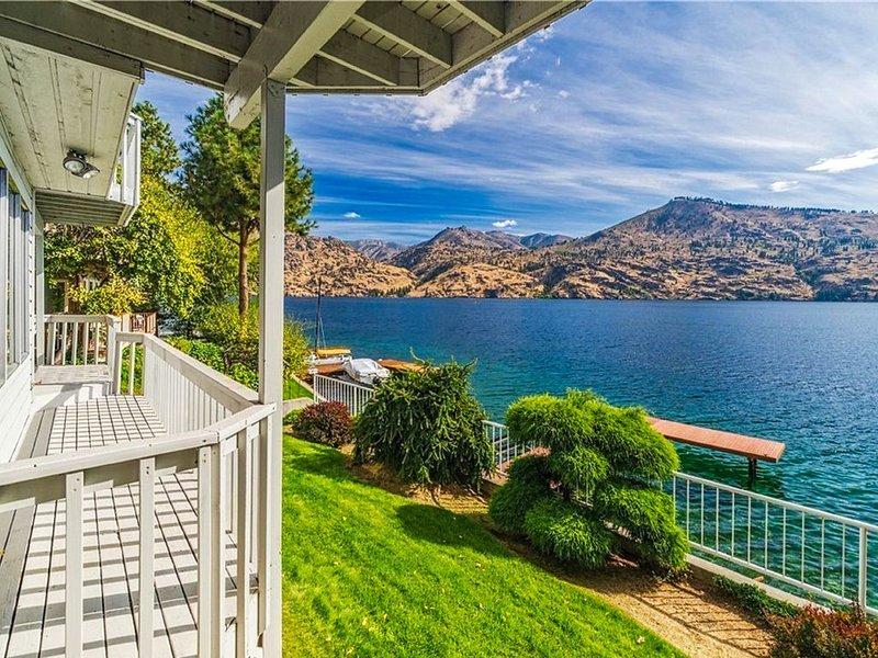 Lakefront home w/ stunning views, three decks, waterfront patio, & dock!, location de vacances à Pateros