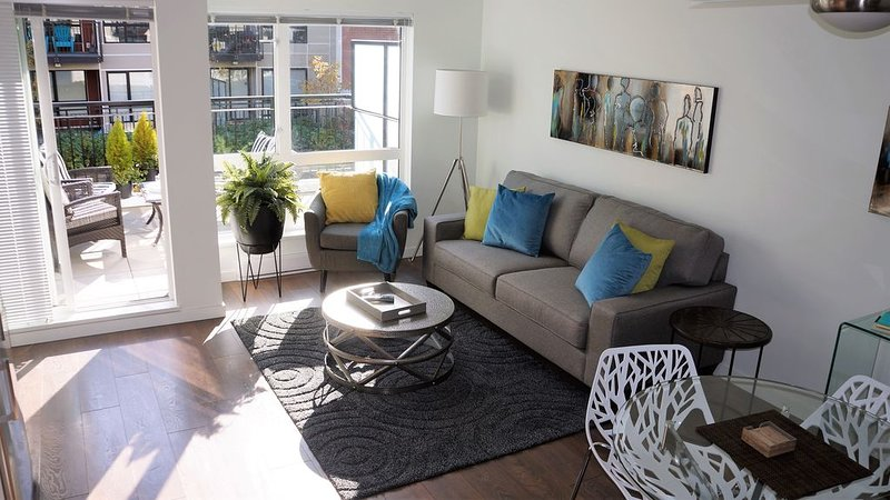 Modern Downtown Condo with Large Sunny Patio, holiday rental in Victoria