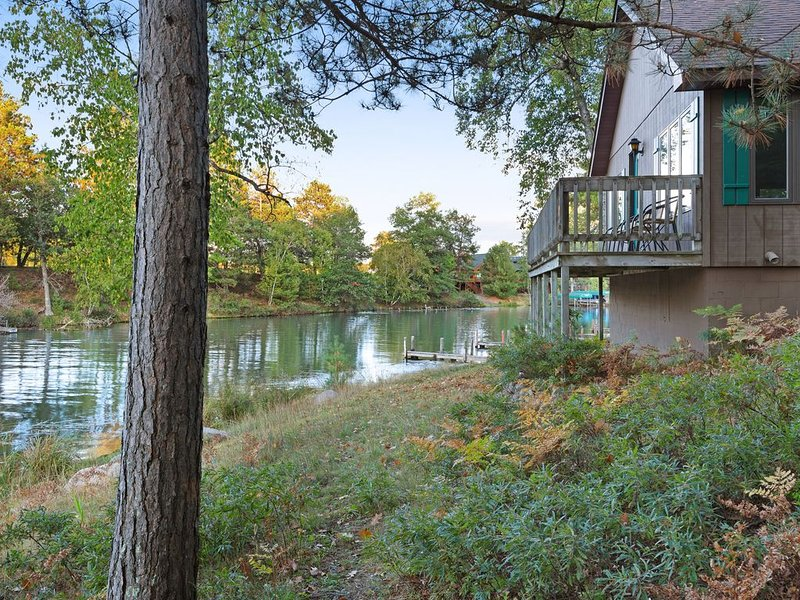 Dog-friendly villa w/ shared tennis court & boat dock on Chain of 28 Lakes!, vacation rental in Eagle River