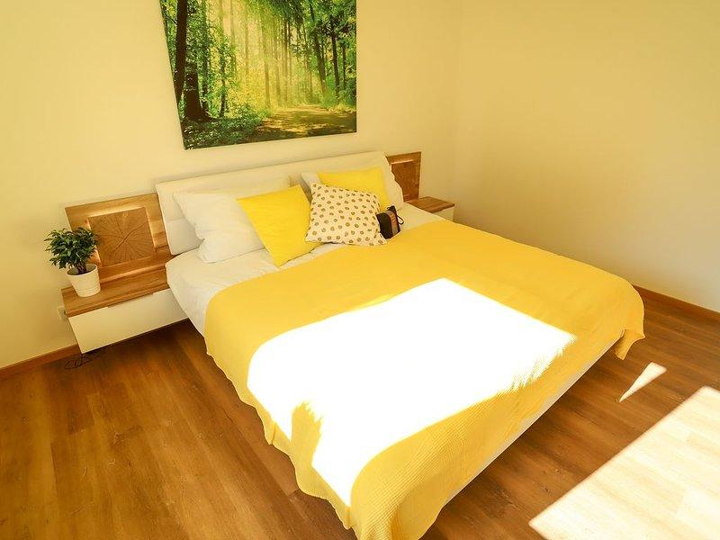Das erste Schlafzimmer mit gemütlichem King-Size Bett.