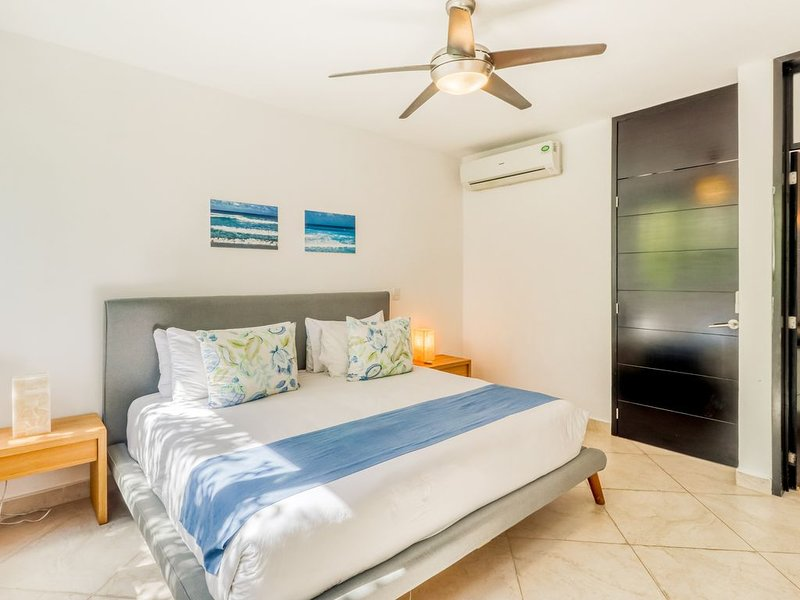 Air-conditioned penthouse w/private rooftop, strong WiFi & shared pool, cabana, location de vacances à Playa del Carmen