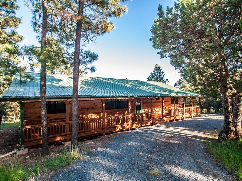 Cozy Cabin in the Pines 3.2 miles to Ruidoso Center, alquiler de vacaciones en Alto