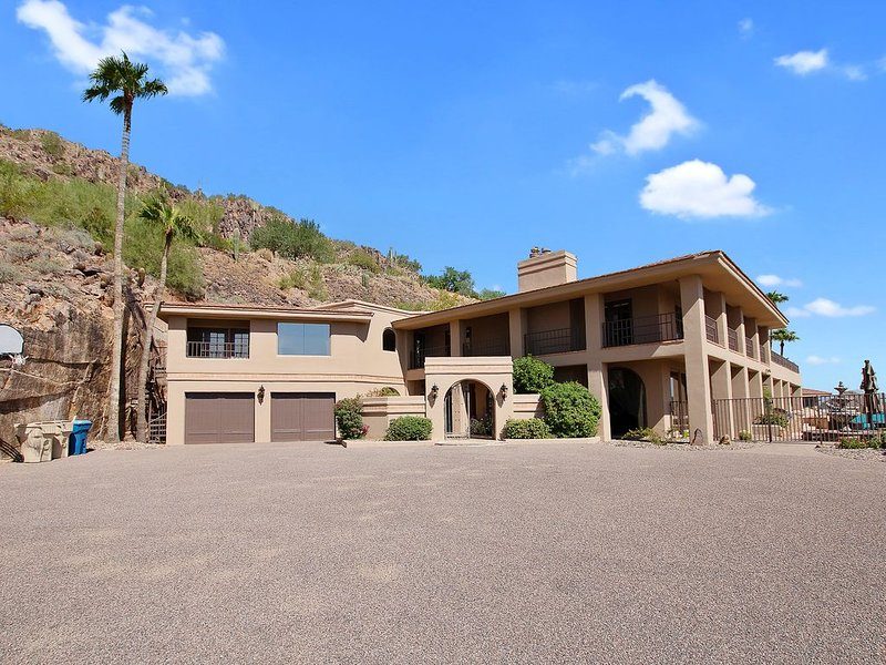 Mansion on the Mountain! Spectacular Views,Beautiful Pool, Spa, BBQ,Steam ro, vacation rental in Paradise Valley