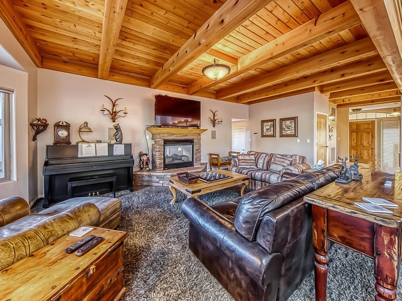 Ski-in/ski-out from this cabin w/ a private hot tub, gas fireplaces, & game room, location de vacances à Brian Head