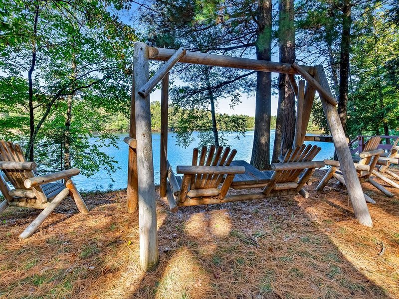 Charming riverfront home w/fireplace, dock - close to town!, vacation rental in Eagle River