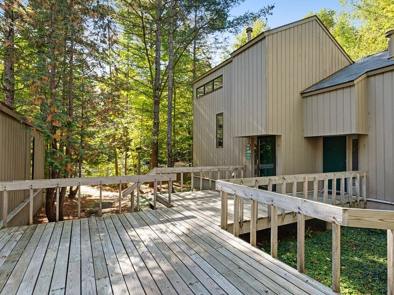 Spacious home w/ fireplace and shared tennis & pool - close to lake!, vacation rental in Bay View