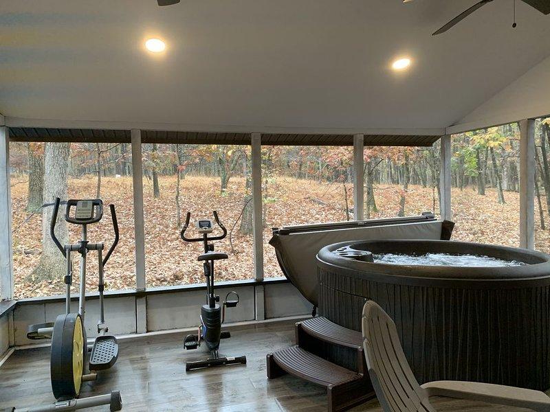 Pocono getaway/ hot tub sauna fire pit game room, holiday rental in Bushkill