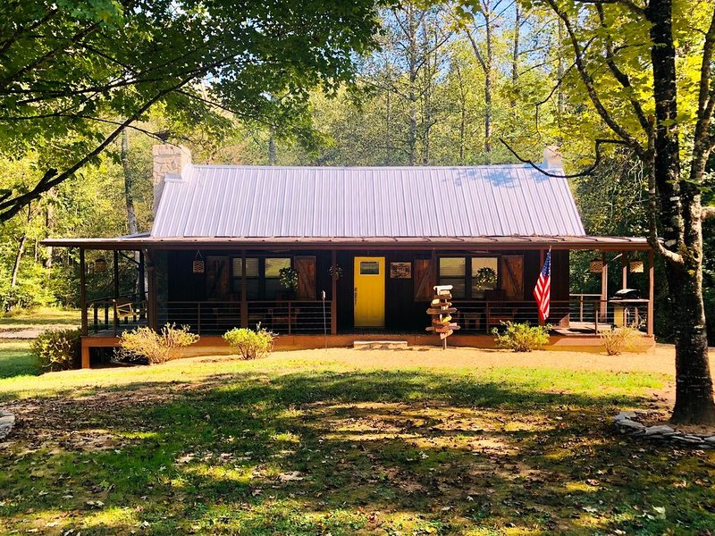 Cozy Cabin with Hottub near Lake James, Linville Gorge and the Fonta Flora Trail, alquiler vacacional en Connelly Springs