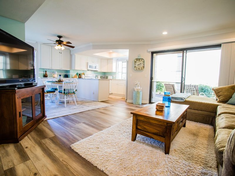 GORGEOUS & all new, 2 Bedroom, 2 Bath, 1 STORY. Quiet end unit. Best in Town!!, vacation rental in Escondido