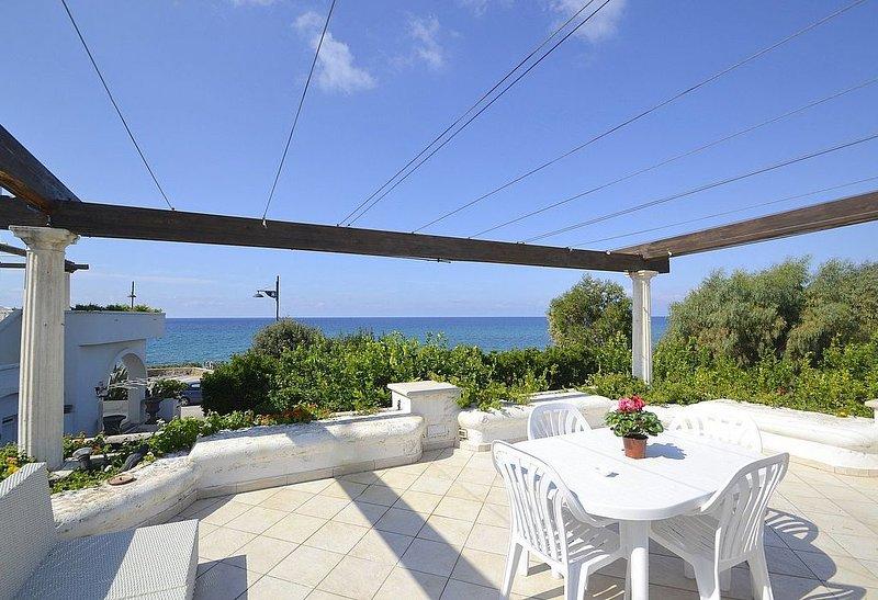 Appartamento Apollonia A: Un luminoso e solare appartamento che è parte di una v, holiday rental in Santa Maria di Castellabate