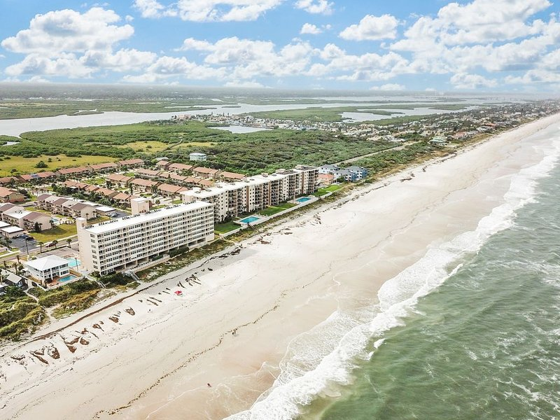 Beautifully remodeled waterfront condo w/ a shared pool & beach view, vacation rental in Ponce Inlet