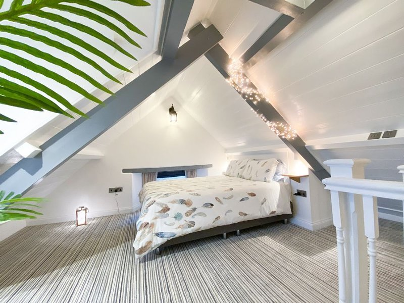 Converted Barn with Superb Sea and Countryside Views, vacation rental in Marhamchurch