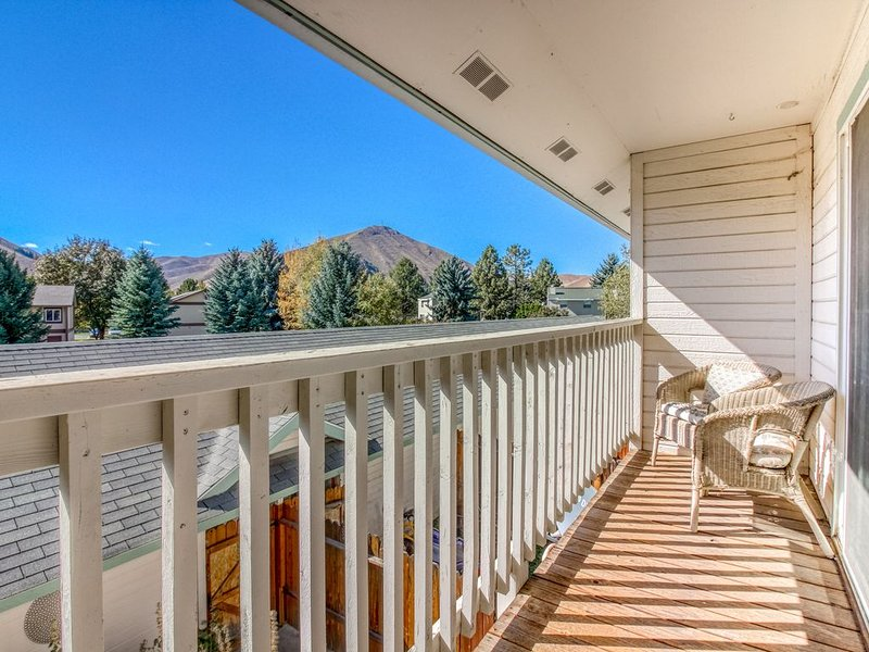 Mountain view townhome w/ patio, kitchen & garage - 2 miles from Hailey, vacation rental in Hailey