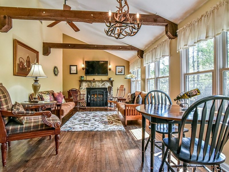 Secluded Cottage w Mtn Views! Location Can't be Beat, Hot Tub, Fireplace Pets OK, alquiler vacacional en Gerton