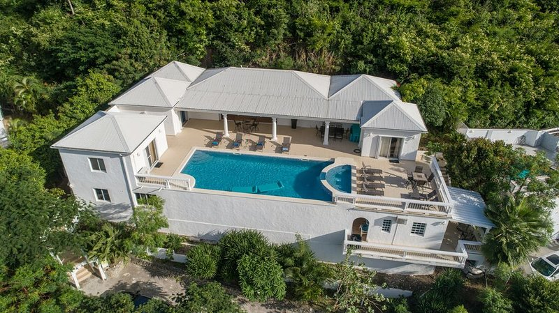 Very private villa with awesome views overlooking Simpson Bay in gated community, location de vacances à Sint Maarten