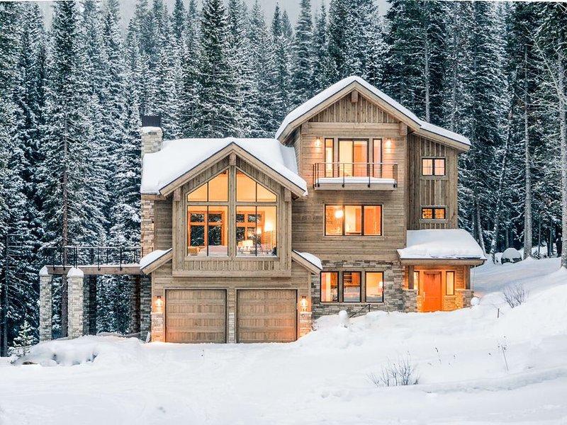 Ski In / Ski Out | Ski Home For Lunch & Apres | Private Hot Tub | Luxury Mountai, alquiler de vacaciones en Winter Park