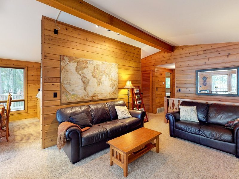 Beautiful cabin w/ private dock, canoe, shared tennis/basketball - dogs OK, vacation rental in Eagle River