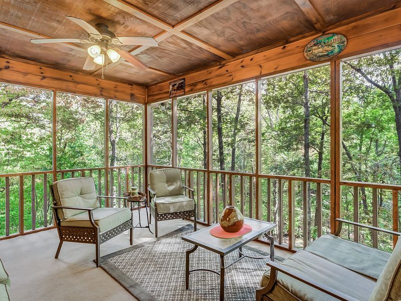 Cozy, family-friendly creekside cabin w/ private foosball, riverviews, & firepit, vacation rental in Ranger