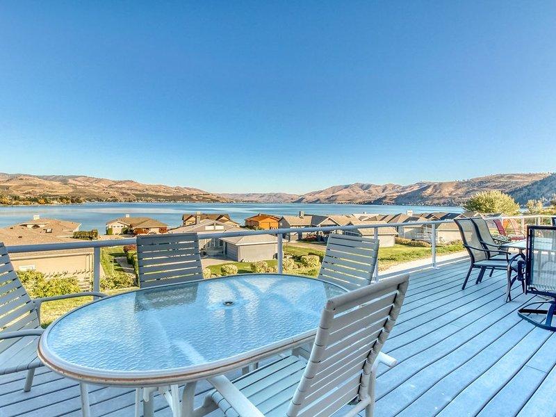 Lake view home w/ private hot tub & resort amenities like pools, tennis & more!, location de vacances à Entiat