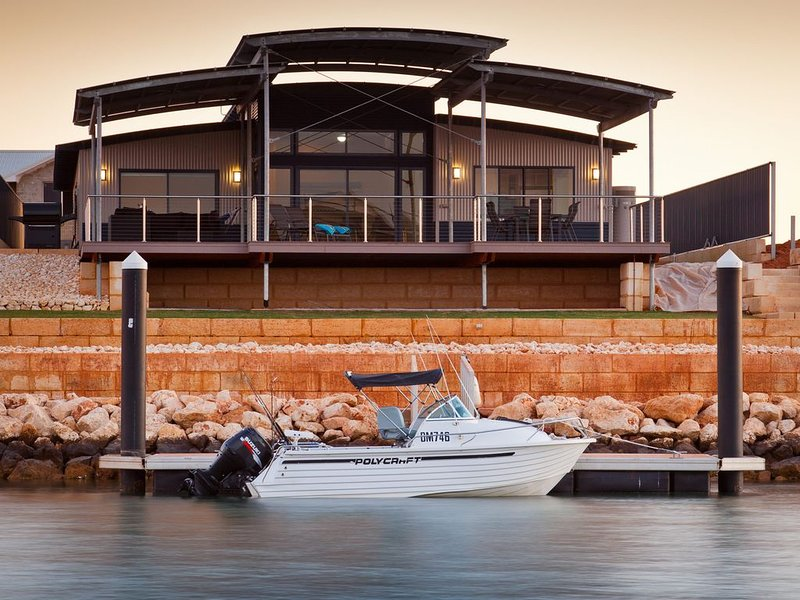 Fantastic North Facing Marina Home with a Private Jetty, holiday rental in Exmouth