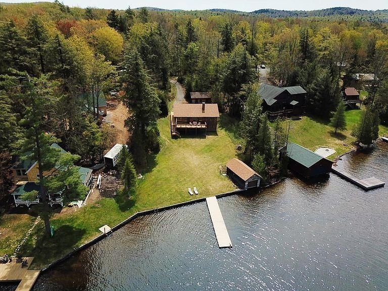 Beautiful Home on 4th Lake with Gorgeous Lake Views & Private Dock – semesterbostad i Thendara