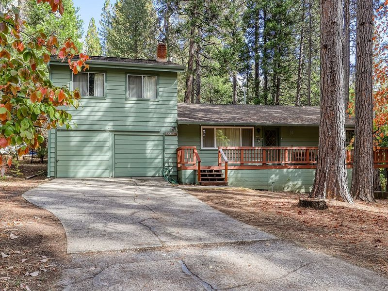 Charming cabin w/ a spacious deck - close to skiing & local wineries, holiday rental in Barton