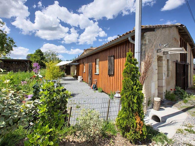 Gîte rural , dans un ancien chai à vin du bordelais, espace, calme et confort, casa vacanza a Sadirac