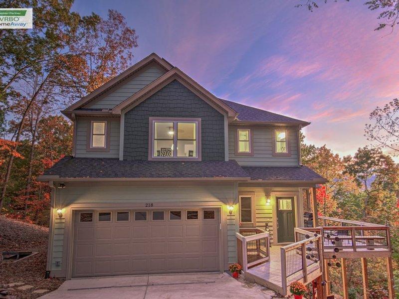 Mtn. Views, Garage, Hot Tub, 10 min. to DT and Biltmore House, location de vacances à Asheville