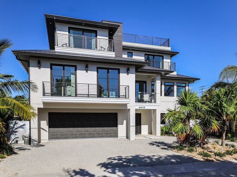 BRAND NEW WITH GULF VIEWS TOO 4 bed 4.5 bath + bonus room Heated POOL and SPA El, vacation rental in Holmes Beach