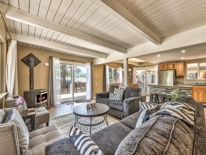 Beautiful Mountain Retreat 5 bedrooms 2 Full Baths, Pool Table, Hot Tub, alquiler vacacional en Twin Bridges