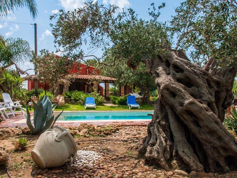 Magnifica Villa di campagna con piscina  immersa tra i vigneti, holiday rental in Santa Margherita di Belice