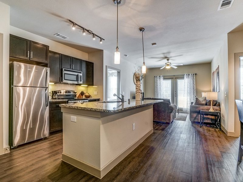 Work, Play or Game Day - Comfortable 2 Bed 2 Bath, vacation rental in Richardson