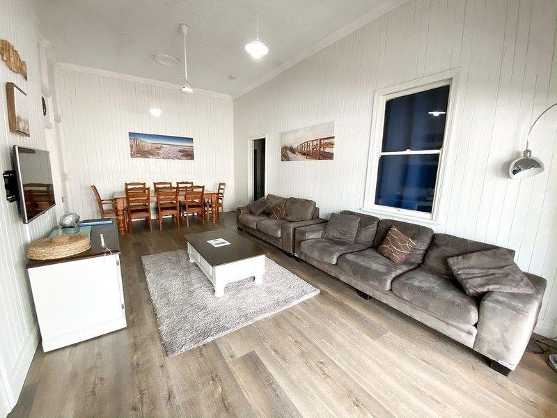 A Beach House*Burrum - Water views-3BR-Aircon -Pets OK, holiday rental in Burrum Heads