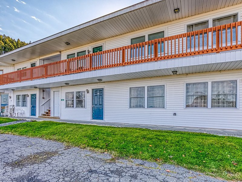 Charming condo w/ lake access, dock, WiFi & mountain views!, location de vacances à Rockwood