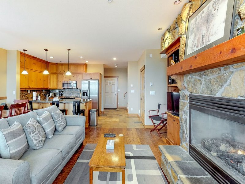 New listing! Ski-in/out village center condo w/ private hot tub & mountain views, vacation rental in Big White