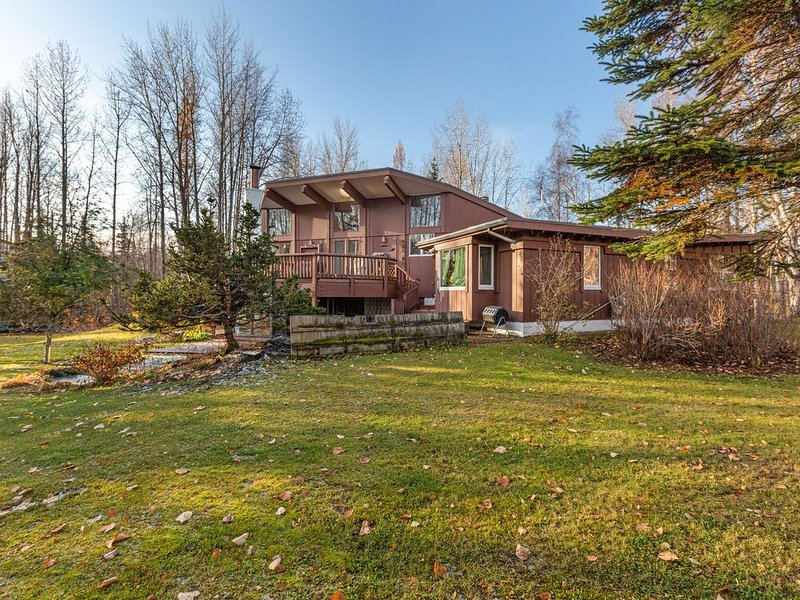 Charming studio home on three acres w/ back deck - close to university - dogs OK, holiday rental in Eagle River