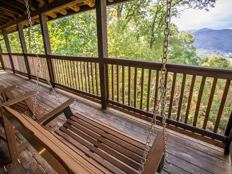Charming 3BR/3.5BA Log Cabin, Hot Tub, Pool Table, Mountain Views, 2 King Suites, vakantiewoning in Valle Crucis