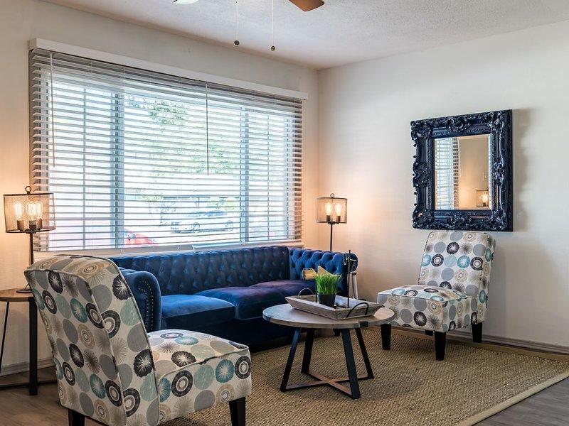 Stylish Home HOT Location - WALK TO AT&T STADIUM!, aluguéis de temporada em Arlington