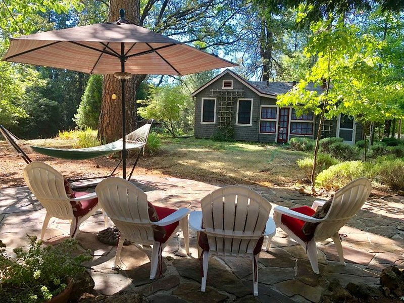 Cottage offers a comfortable and peaceful setting, perfect for relaxing., vacation rental in Penn Valley