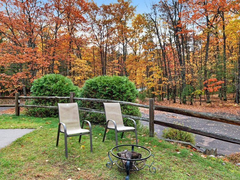Premium Cleaned | Charming lakefront condo w/ gas fireplace, private deck close, holiday rental in Eagle River
