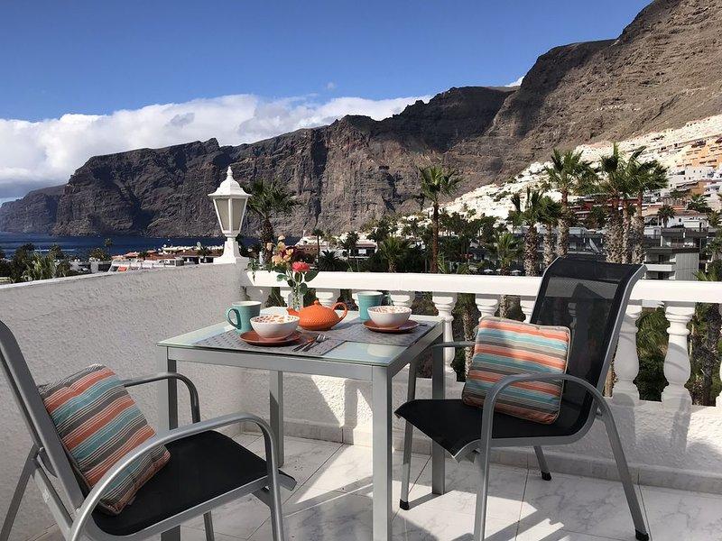 Modern 1 bedroom. Los Gigantes. Stunning sea views. Wifi. Parking. Pool included, aluguéis de temporada em Los Gigantes