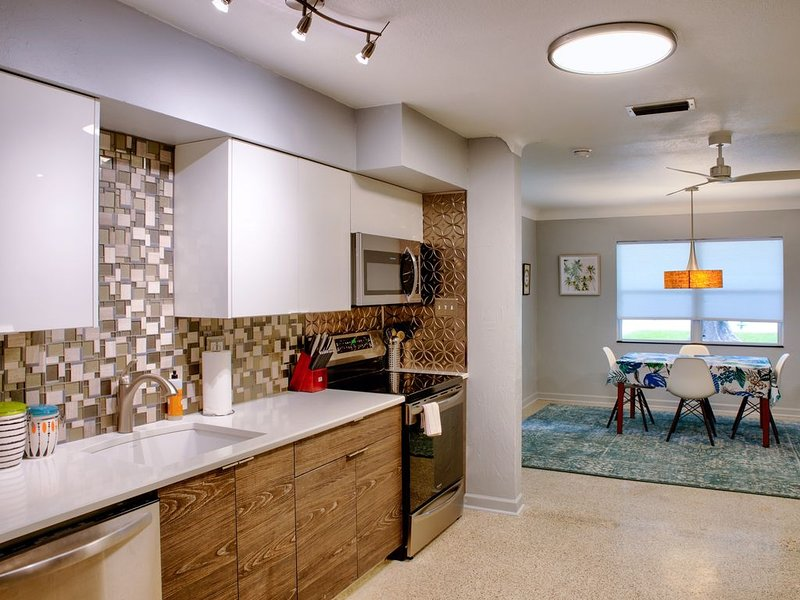 Good Vibrations- All NEW 60's-Style Bungalow in Fabulous Bayside Neighborhood!!, holiday rental in Sarasota
