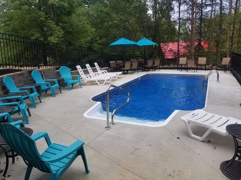 Very High End Luxurious cabin with private heated pool one mile from PKWY, holiday rental in Pigeon Forge